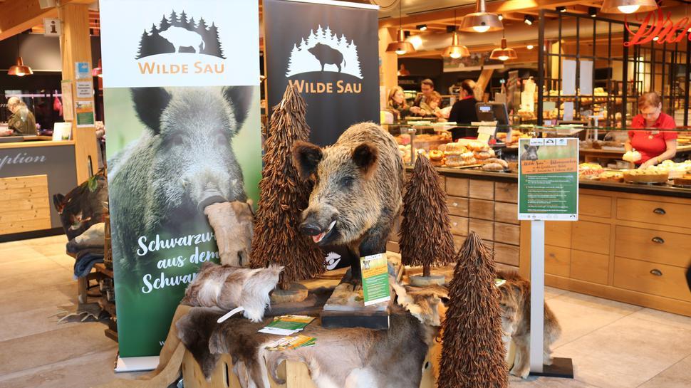 Wildschweinprodukte sind in einem Laden aufgebaut.