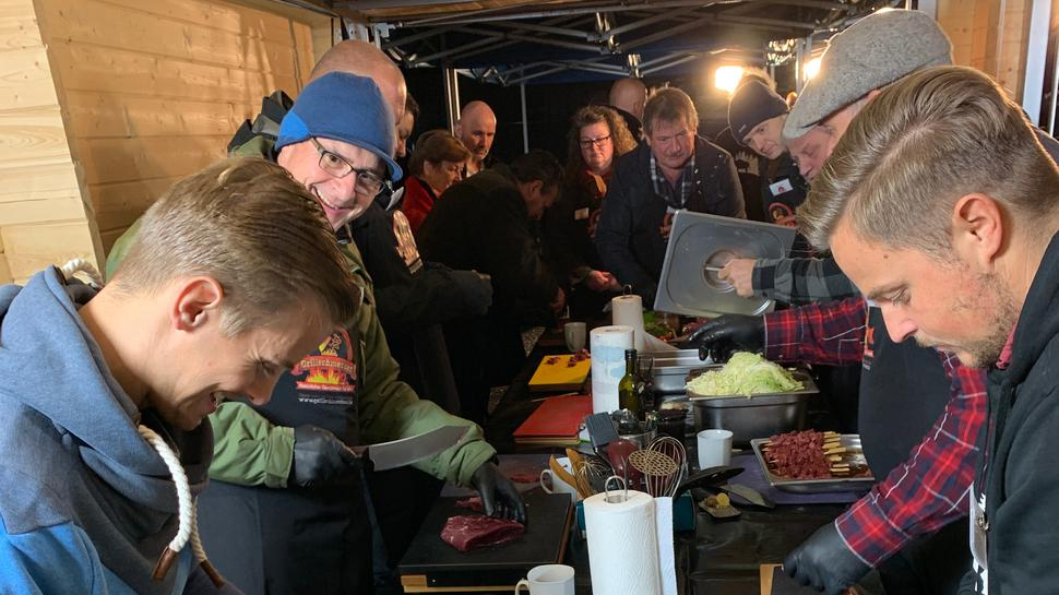 Ein Grillkurs mit mehreren Teilnehmern.