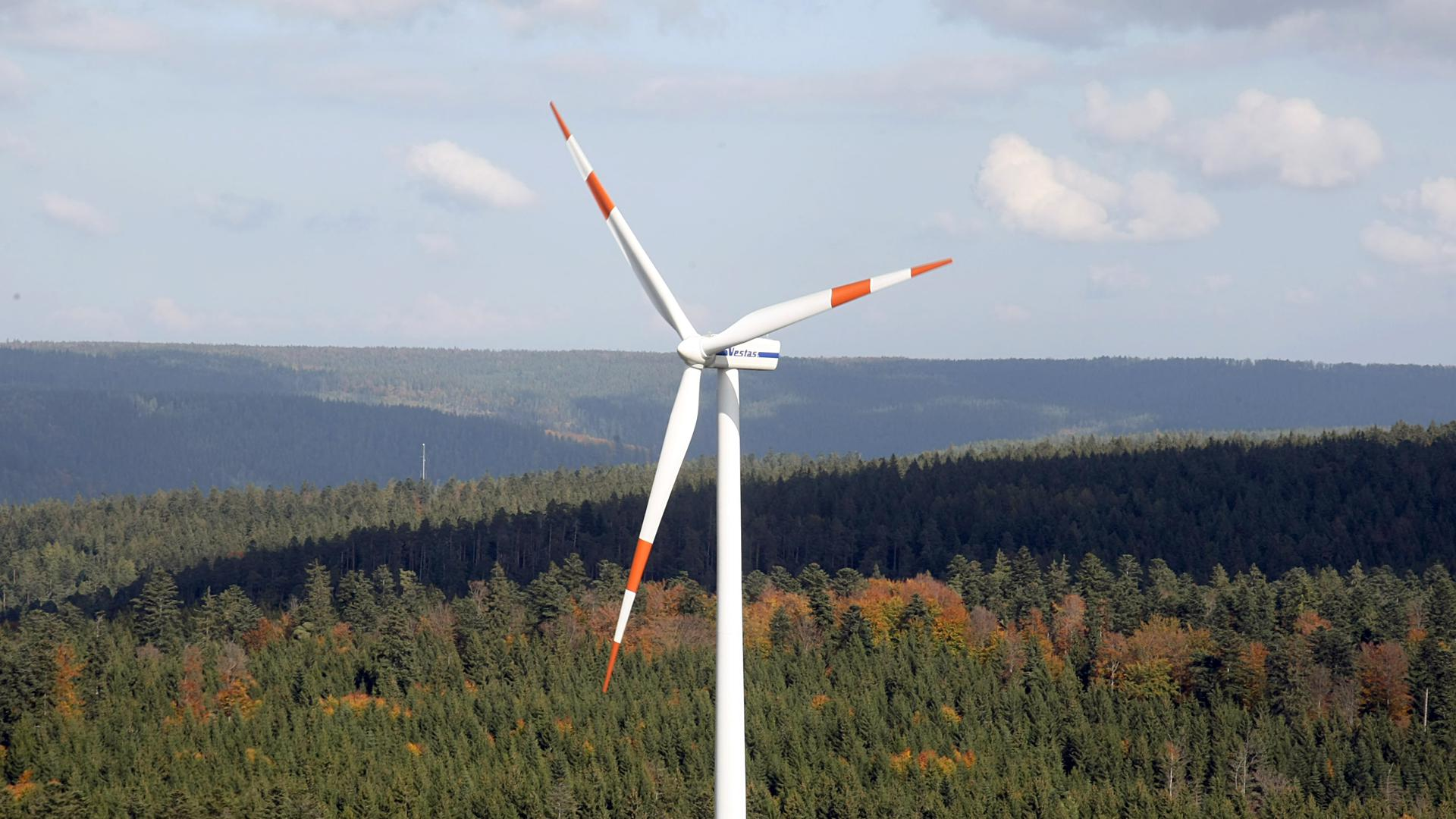 Ein Windrad steht im Windpark Simmersfeld im Schwarzwald.