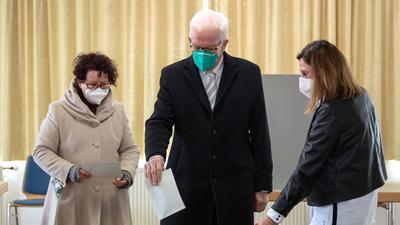 Winfried Kretschmann (Bündnis 90/Die Grünen), Ministerpräsident von Baden-Württemberg, und seine Frau Gerline geben ihre Stimme ab.