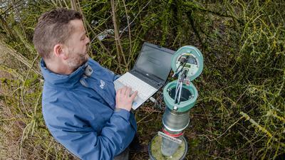 Grundwasserexperte Michel Wingering misst am 03.02.2017 an einer Grundwassermessstelle in Grafenau (Baden-Württemberg) den Grundwasserstand und liest dazu Daten wie z.B. die Temperatur des Wassers aus. (zu dpa «Grundwasserpegel im Südwesten auf Rekord-Niedrigstand» vom 06.02.2017) ++