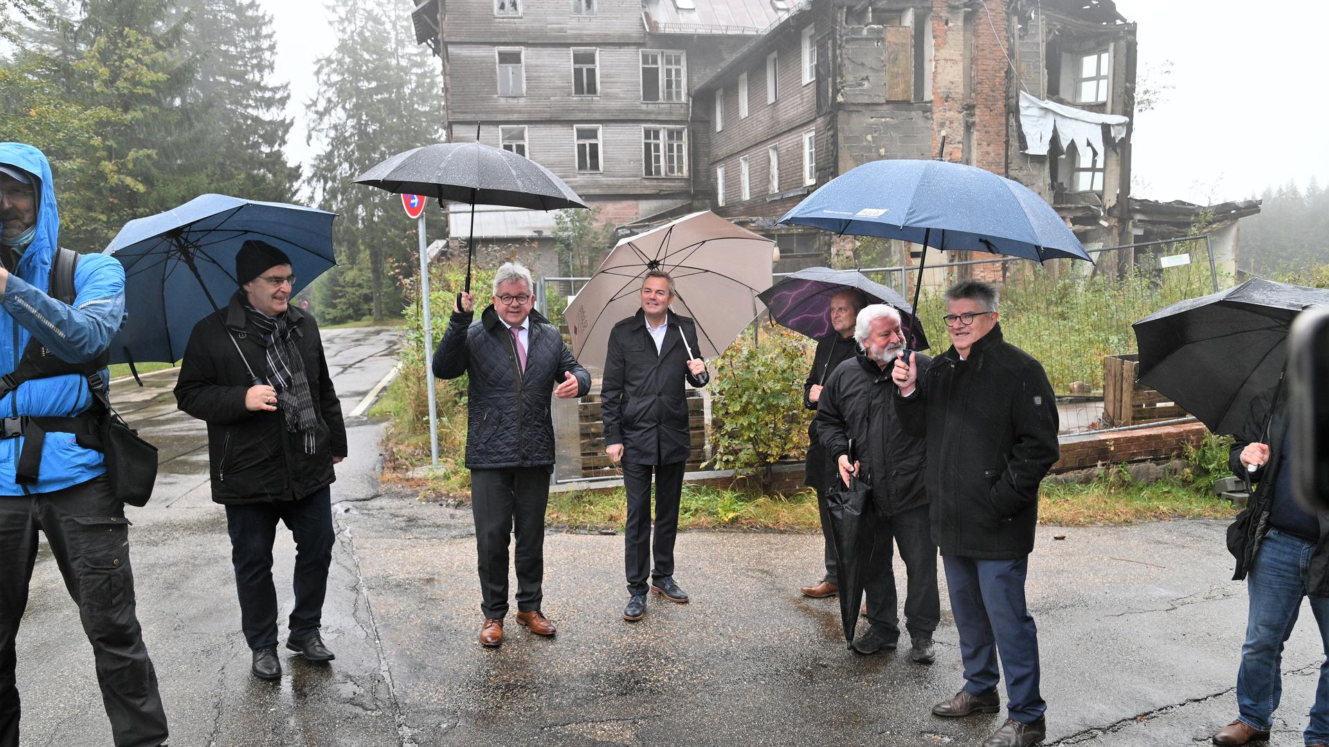 Vor der Ruine Hundseck: (von links) Bürgermeister Hans-Peter Braun (Bühlertal), Minister Guido Wolf, Landtagsabgeordenter Tobias Wald, Bürgermeister Jürgen Pfetzer (Ottersweier), Hansjörg Willig (Kulturerbe Schwarzwaldhochstraße) und Oberbürgermeister Hubert Schnurr (Bühl).