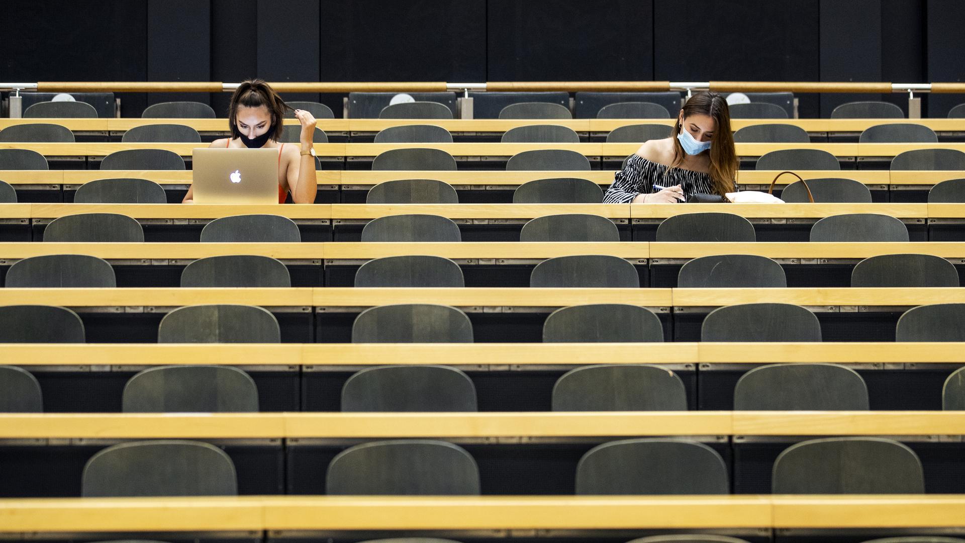 Studentinnen mit Mund-Nasen-Schutz sitzen in einem Hörsaal der Universität Zürich (UZH) am Tag der Rückkehr der Studenten an die Universität nach der Sommerpause.