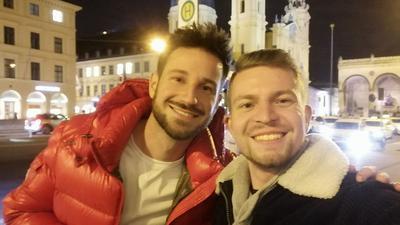 """""""Den musst du ansprechen"""": Henry Frömmichen freute sich, als er den homosexuellen Reality-TV-Star Alexander Schäfer in München traf. Doch für das Selfie wurde er aus dem Priesterseminar entlassen."""