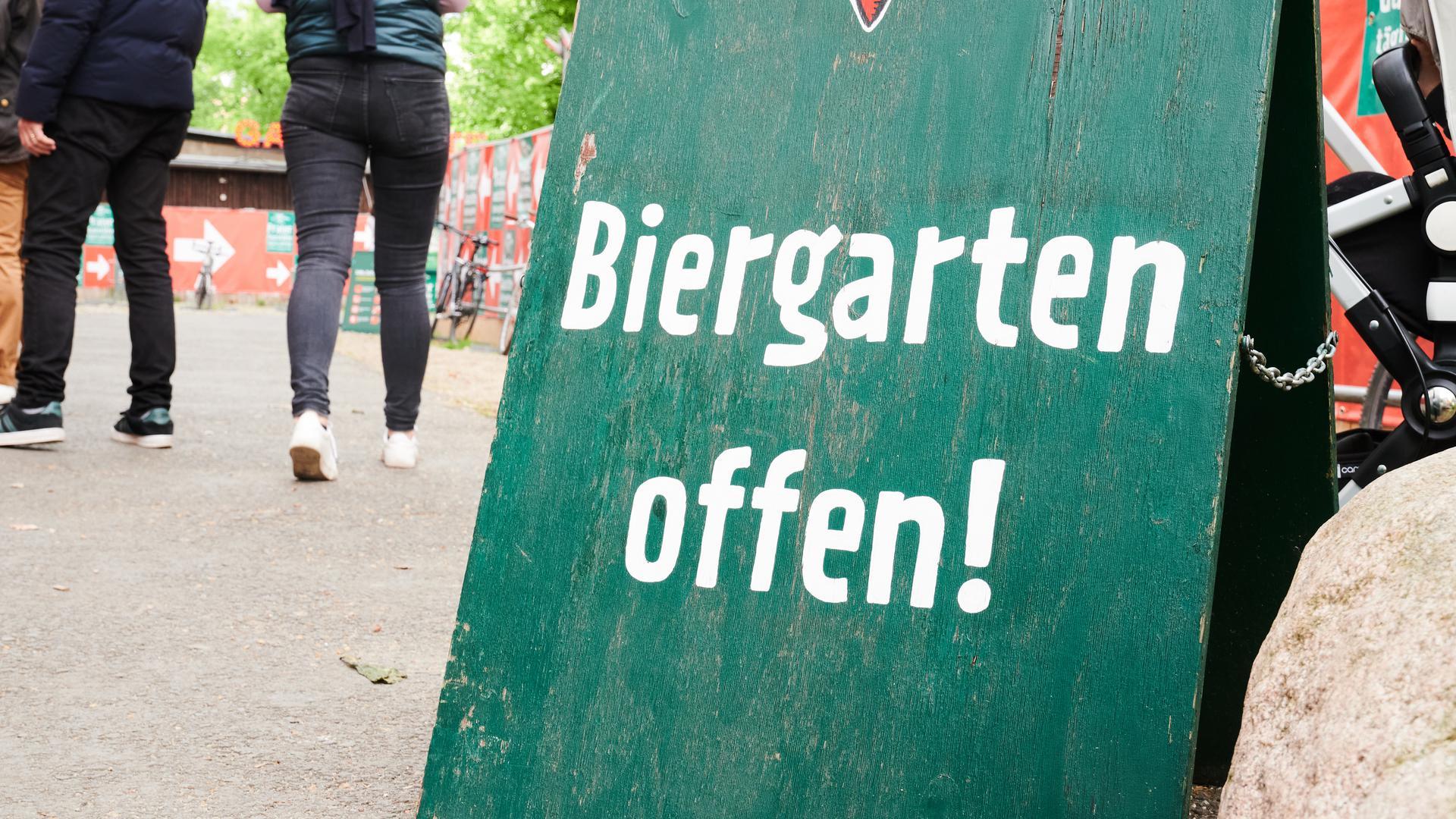 """""""Biergarten offen!"""" steht am Einlaß des Praters, einem Biergarten in Berlin."""
