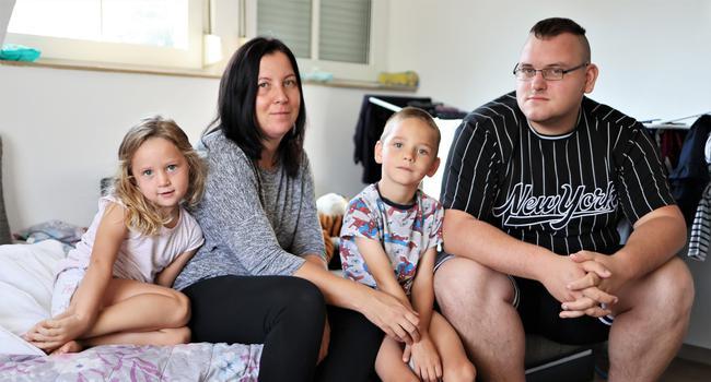 Bleibe auf Zeit: Die Eltern Ute und Manuel Käser mit der dreijährigen Emilly und dem vierjährigen Jack in ihrer neuen Unterkunft in Remchingen.