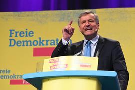 Überzeugt Parteimitglieder: Hans-Ulrich Rülke, Fraktionsvorsitzender der FDP Baden-Württemberg, spricht beim Landesparteitag der FDP in Karlsruhe. Er wurde dort zum Spitzenkandidat zur Landtagswahl 2021 gewählt.