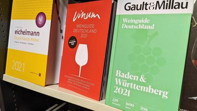 Der Markt der Weinführer in Deutschland ist hart umkämpft. Im Regal einer Buchhandlung in Pforzheim stehen die Guides von Eichelmann, Vinum und Gault Millau.