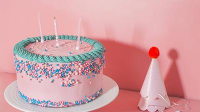 Ob Oma Mina auch eine Torte bekam, ist nicht bekannt. Auf jeden Fall konnte sie an ihrem 108. Geburtstag aber traditionelle Fasnachtsküchle genießen.