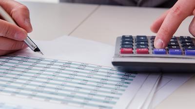 Mit Tabelle und Taschenrechner: Wer beispielsweise wissen will, wie hoch die Bevölkerungszunahme unter Frauen in Baden-Württemberg ist, muss selbst rechnen. Symbolbild Statistisches Landesamt Statistik