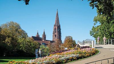 Zu Füssen des Münsters: Das Gotteshaus prägt die Silhouette der Stadt an der Dreisam, die 900 Jahre alt wird.