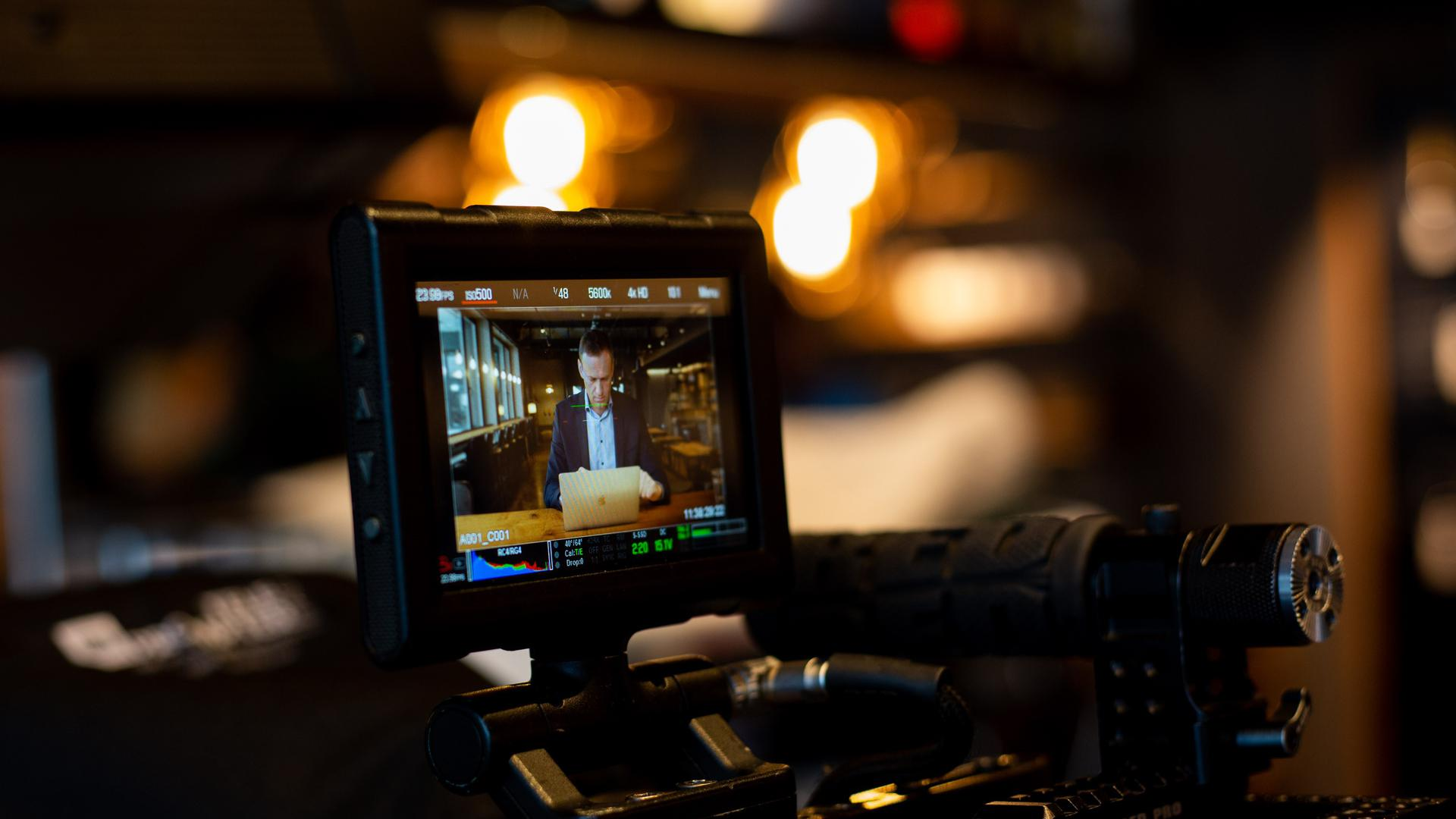 """Alexej Nawalny auf einem Bildschirm in der """"Barn Kitchen"""" der Black Forest Studios."""