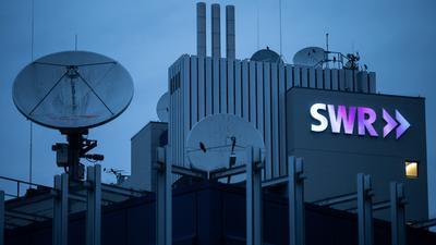 Das Logo des Südwestrundfunks (SWR) leuchtet am frühen Morgen am Funkhaus. Am 5. Februar 2021 findet die Online-Jahrespressekonferenz des Südwestrundfunks statt. +++ dpa-Bildfunk +++