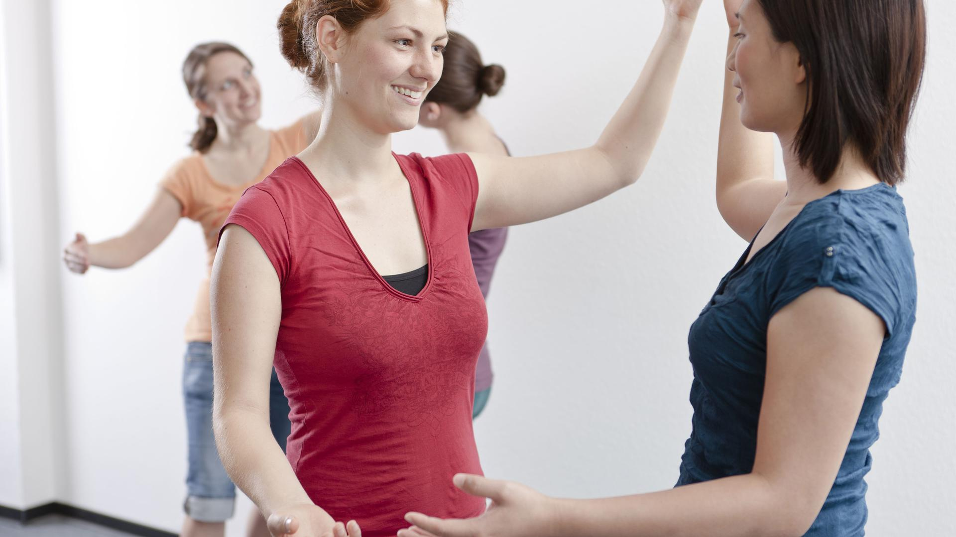 Zwei Frauen tanzen