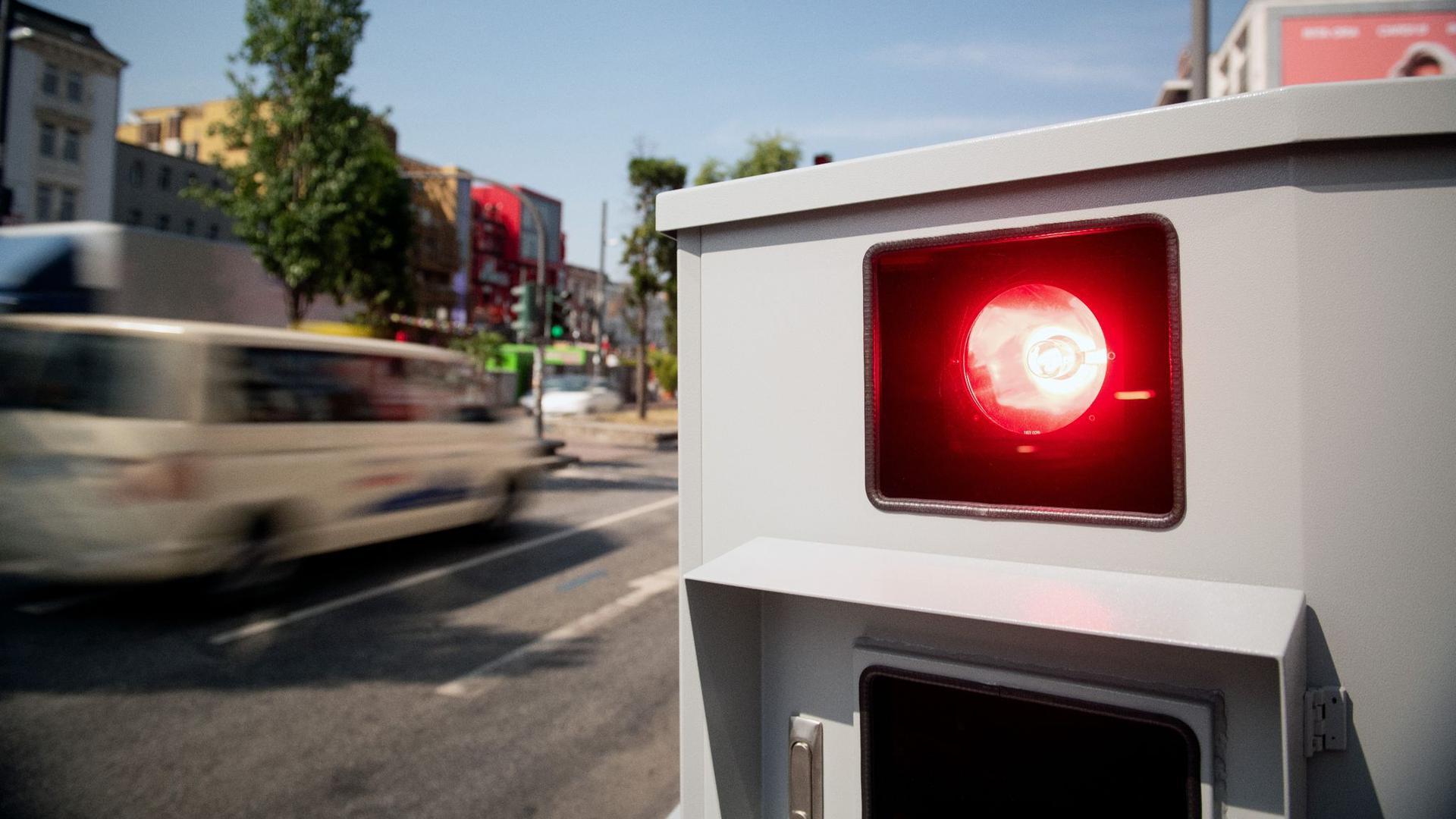 Tempomessgerät, auch Blitzer genannt. Seit Ende April droht ein Monat Führerscheinentzug, wenn man innerorts 21 Kilometer pro Stunde zu schnell fährt oder außerorts 26 km/h zu schnell unterwegs ist.