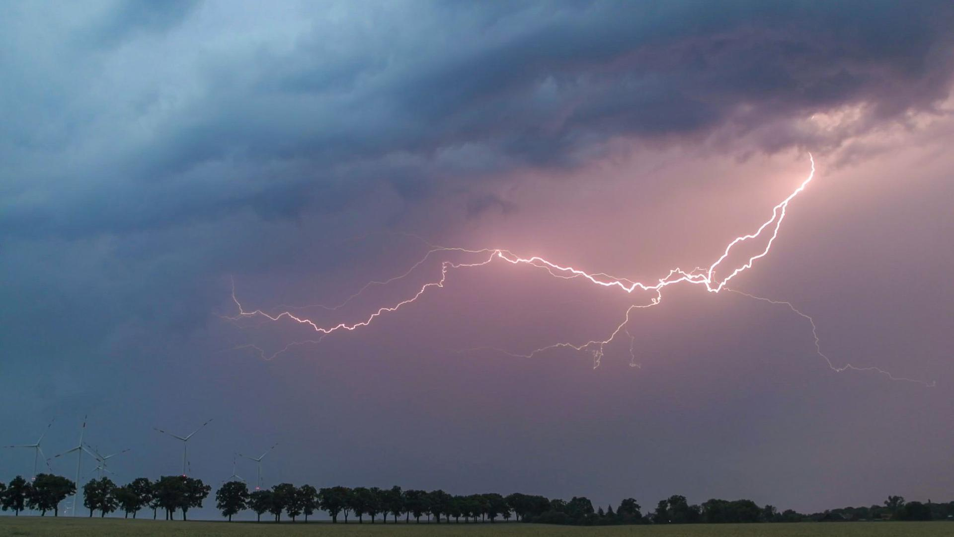 Ein Blitz erhellt den Abendhimmel.