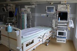 Ein Bett auf einer Intensivstation.
