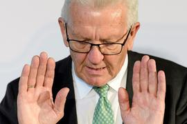Winfried Kretschmann (Bündnis 90 / Die Grünen) gestikuliert während einer Pressekonferenz.