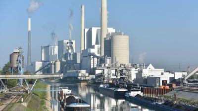 Der Block 9 des Großkraftwerkes Mannheim ist am Rhein vor weiteren Kraftwerksblöcken zu sehen.