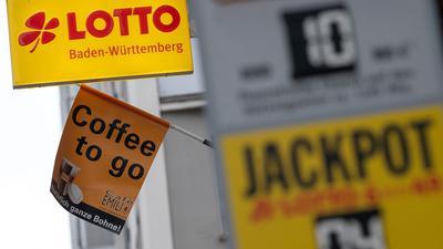 Ein Aufsteller weist vor einer Annahmestelle auf den Eurojackpot und den Jackpott 6 aus 49 hin.