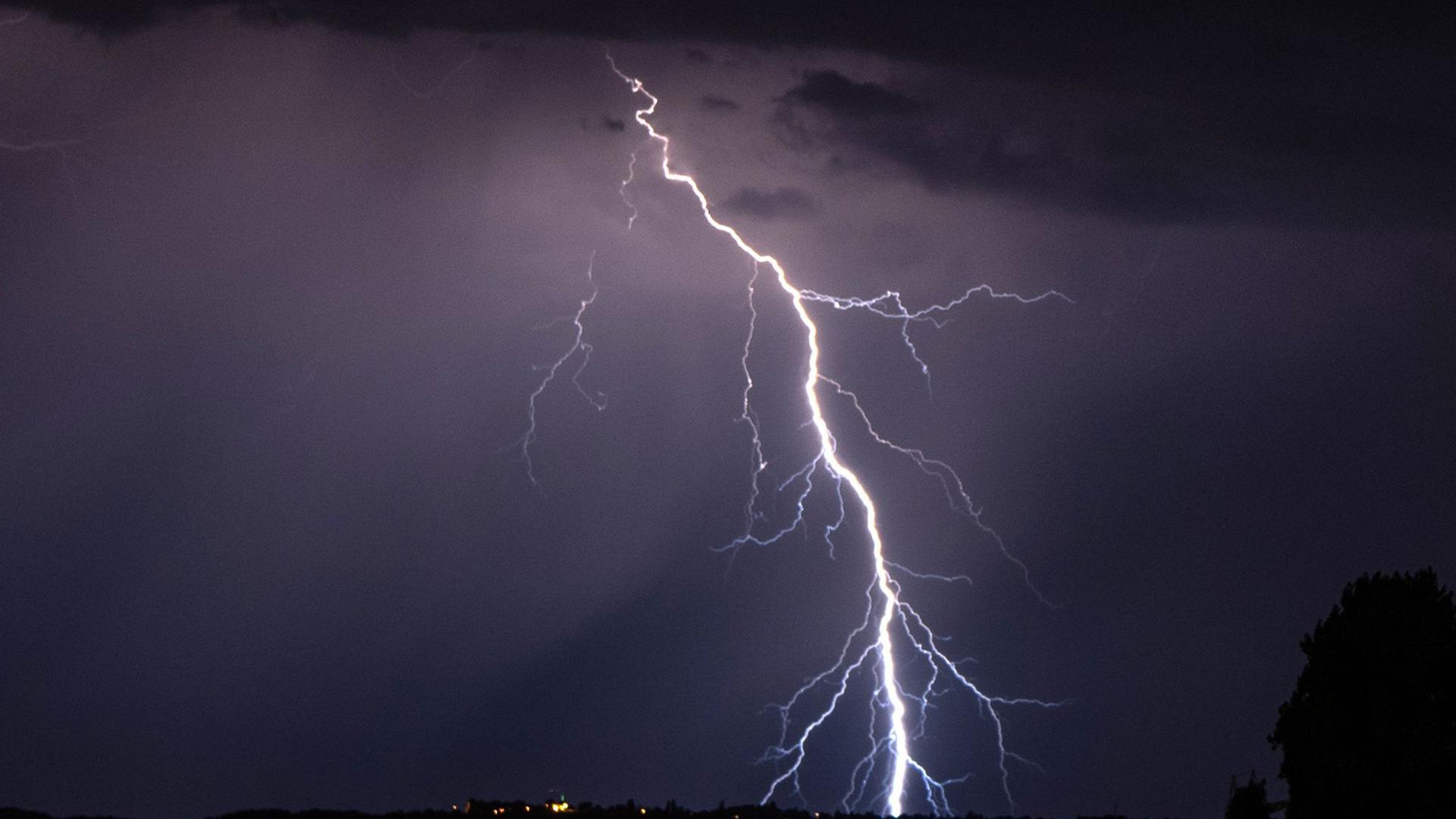 Blitze gehen während eines Gewitters nieder.