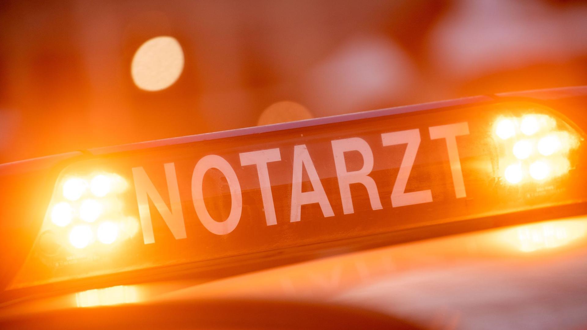 """Ein Dachschild mit der Aufschrift """"Notarzt""""."""