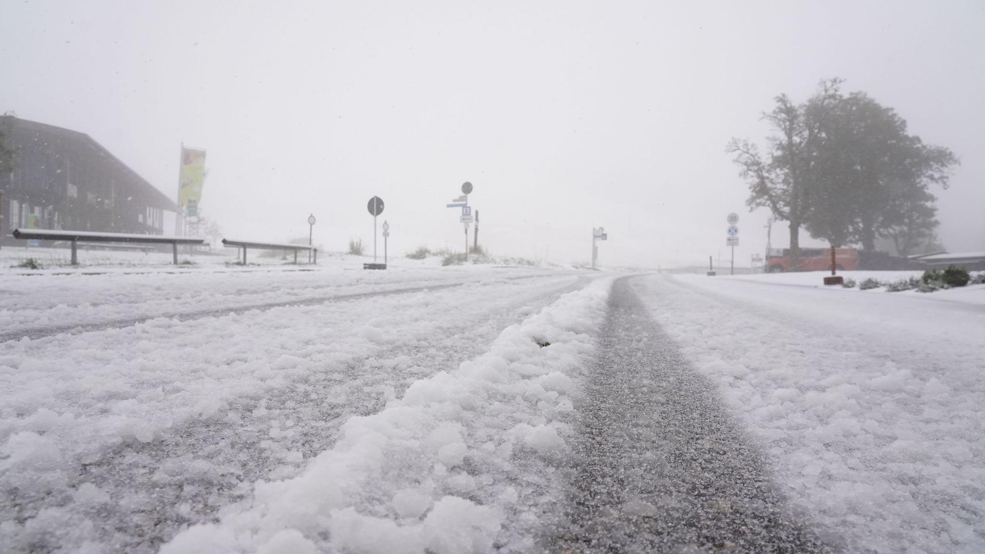Erster Schnee liegt auf einer Straße am Feldberg im Schwarzwald.