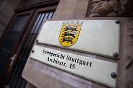 Ein Schild weist an einer Fassade auf das Landgericht Stuttgart hin.