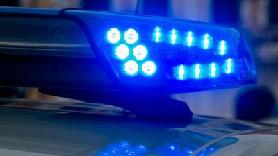 Ein Blaulicht leuchtet auf einem Einsatzwagen der Polizei.