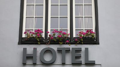 Besorgt über den Rückgang an Buchungen: Besonders an vereinzelten Beherbungsverboten für Gäste aus innerdeutschen Risikogebieten nehmen Hotels und Wirtschaftsverbände Anstoß.