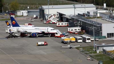 Passagiermaschinen stehe auf dem Vorfeld des Flughafens in Friedrichshafen am Bodensee.