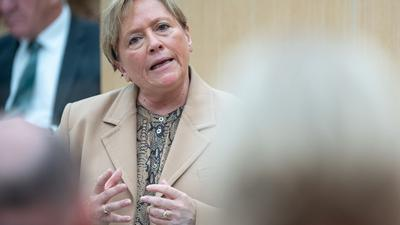 Baden-Württembergs Kultusministerin Susanne Eisenmann (CDU) spricht im Landtag.