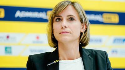 Jennifer Kettemann, Geschäftsführerin der Rhein-Neckar Löwen, schaut in dieRunde.