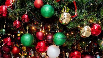 Ein Nadelbaum ist weihnachtlich geschmückt.