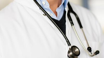 Ein Arzt trägt ein Stethoskop um den Hals.