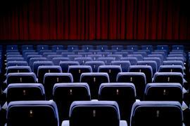 Ein leerer Kinosaal ist zu sehen.