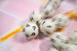 Lotto-Kugeln liegen auf einem Lottoschein.