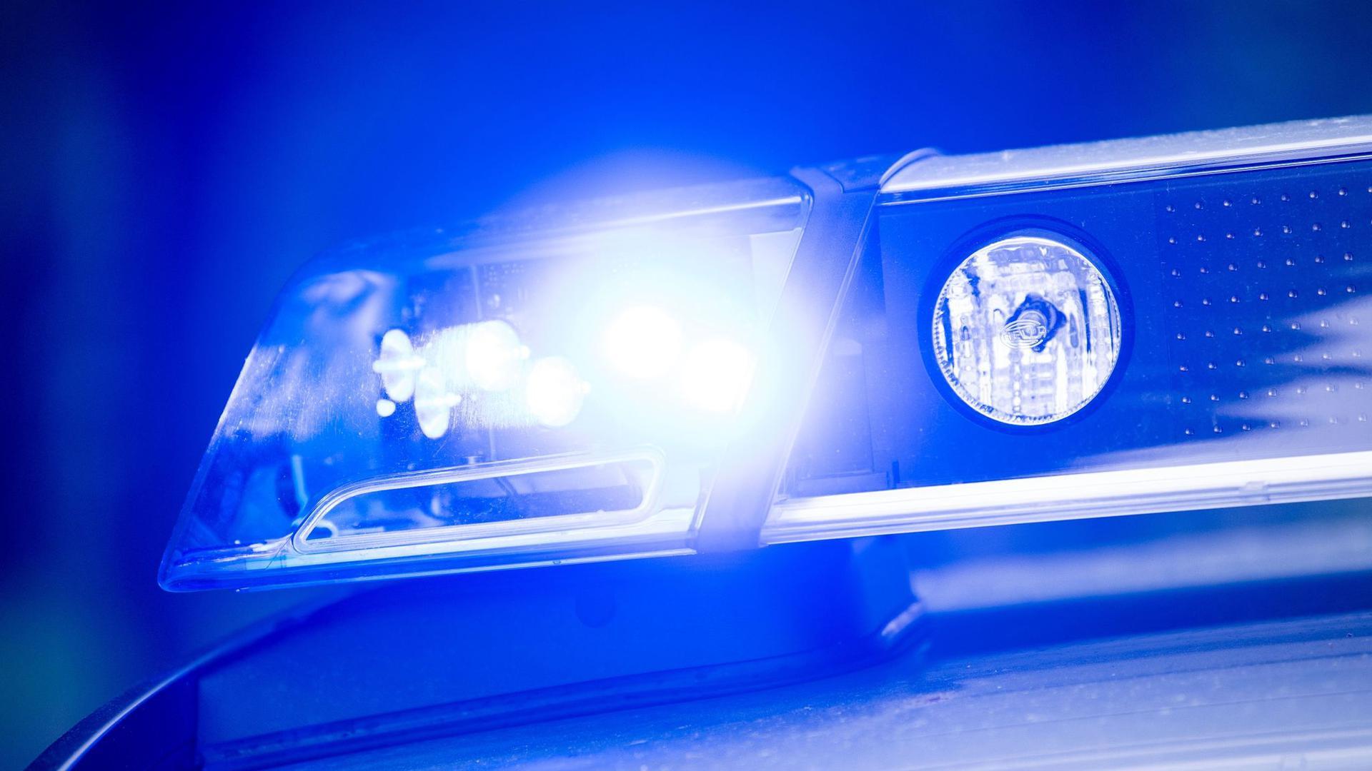 Das Blaulicht auf einem Streifenwagen.