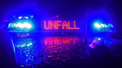 """Blaulicht und LED- Schriftzug """"Unfall"""" auf einem Polizeistreifenwagen."""