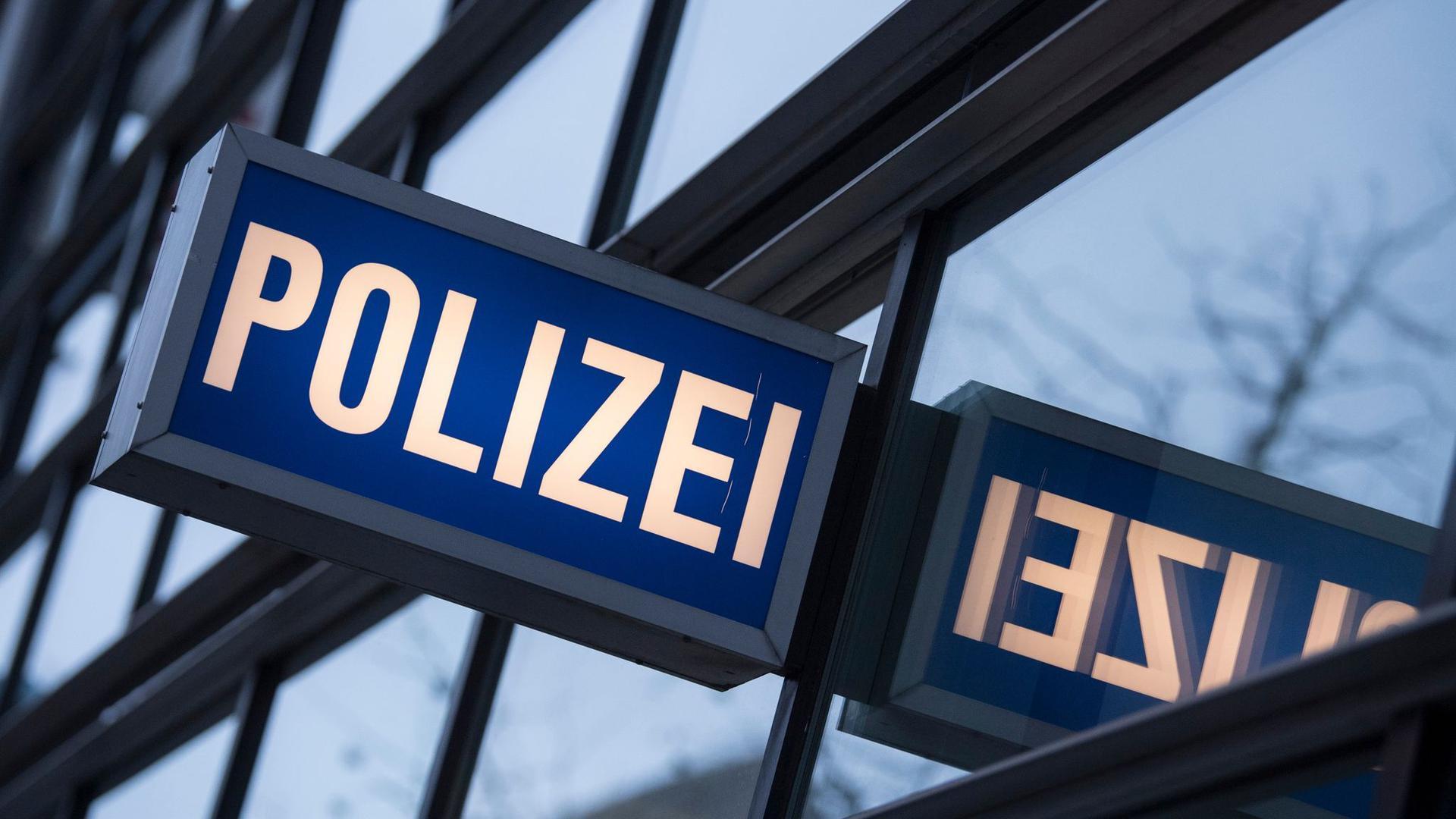 """Der Schriftzug """"Polizei"""" ist vor einem Polizeirevier zu sehen."""