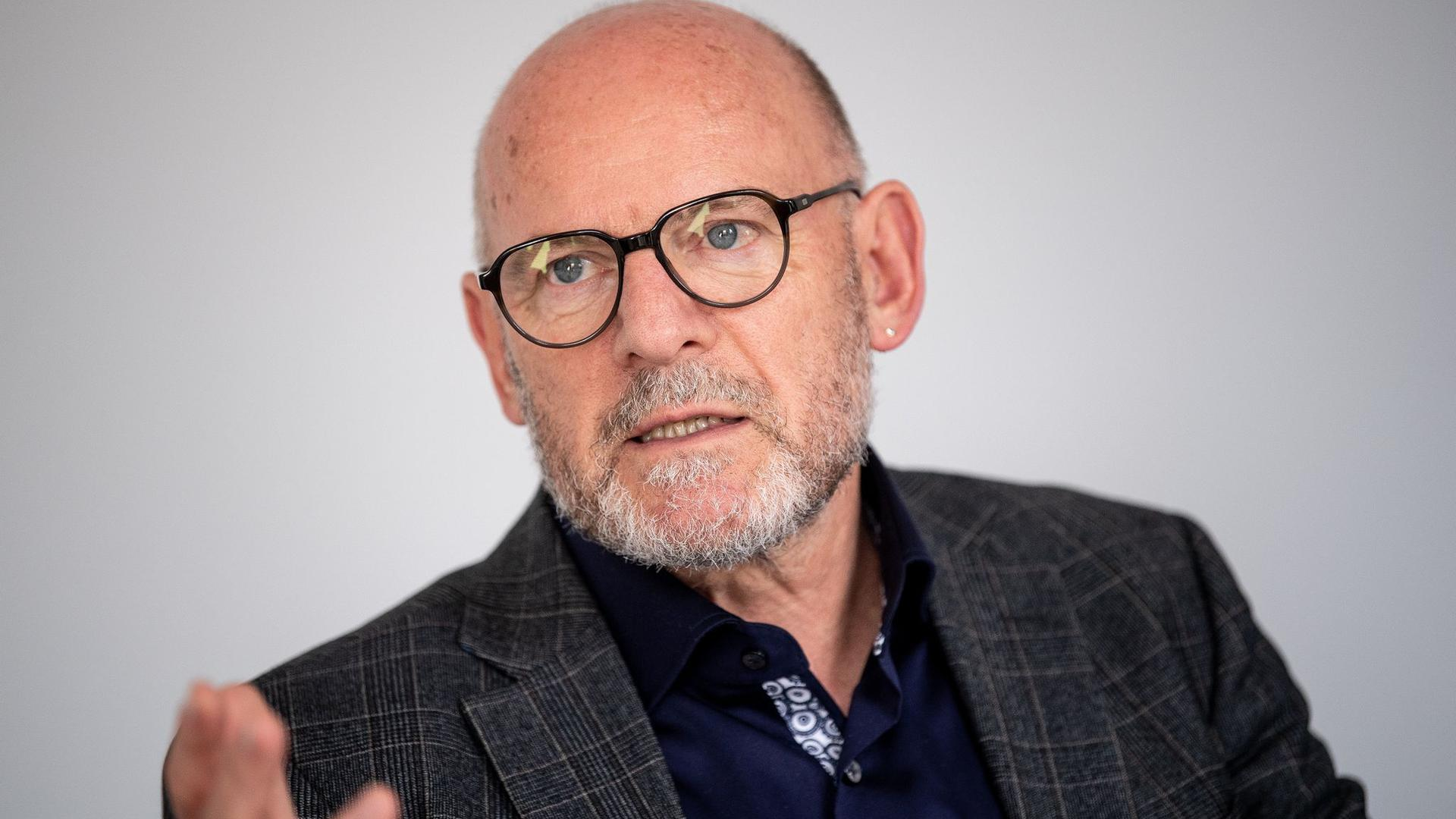 Winfried Hermann, Verkehrsminister von Baden-Württemberg, gibt ein Pressestatement.