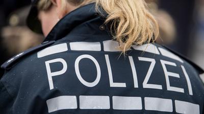 Der Pferdeschwanz einer Polizisten fällt auf ihre Jacke.