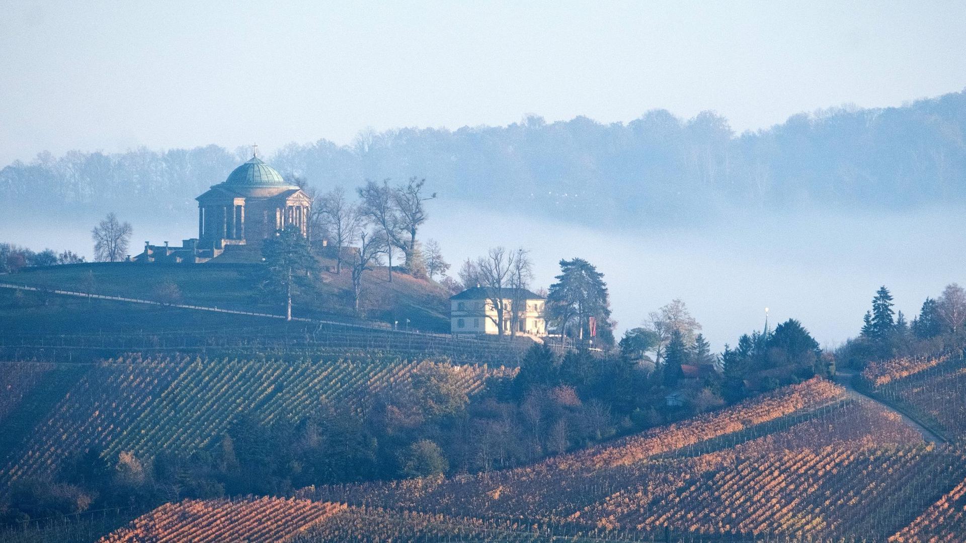 Nebelschwaden ziehen im Tal an der Grabkapelle auf dem Württemberg im Morgenlicht.