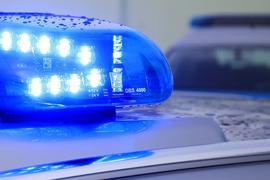 Ein Blaulicht leuchtet auf dem Dach eines Streifenwagens.