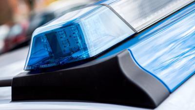 Das Blaulicht an einem Einsatzwagen der Polizei.