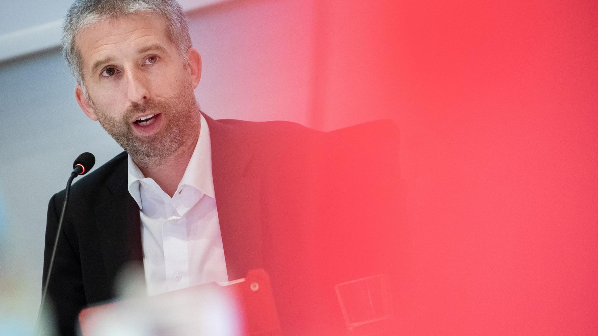 Tübingens Oberbürgermeister Boris Palmer (Grüne) nimmt an einer Sitzung teil.