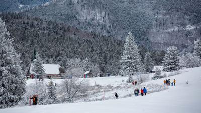 Spaziergänger gehen nahe dem Gipfel des Kandels durch den Schnee.