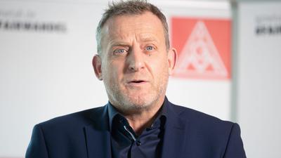 Roman Zitzelsberger, Bezirksleiter und Verhandlungsführer der IG Metall Baden-Württemberg, spricht.