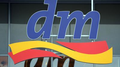 Das Logo der Drogeriemarktkette dm.