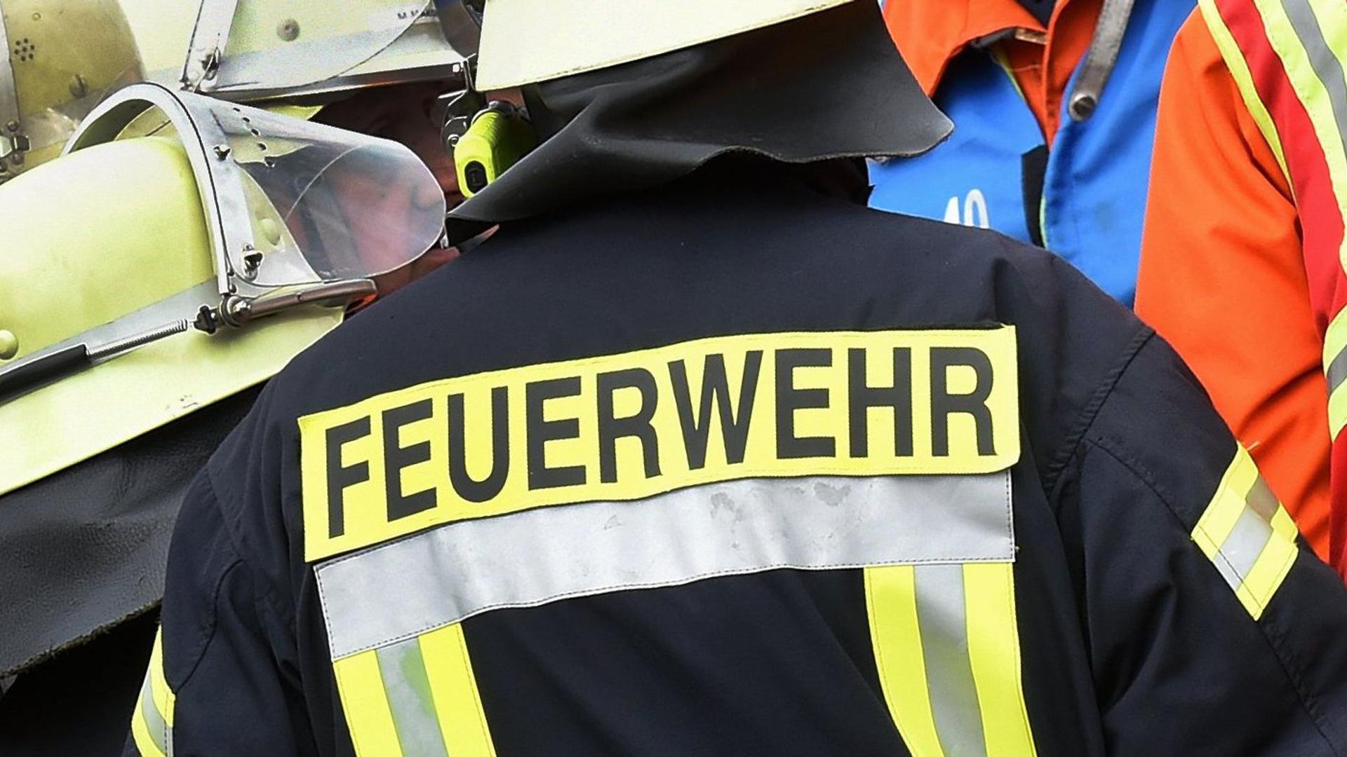 Der Schriftzug Feuerwehr steht an der Jacke eines Feuerwehrmannes.
